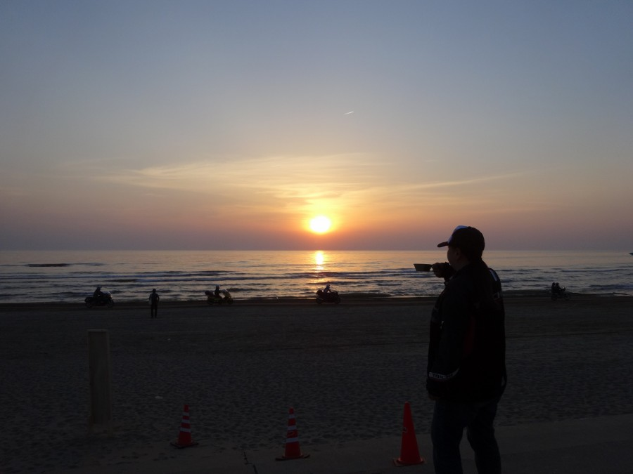 No.210  東京都 サリーさん「夕陽とライダーに乾杯」